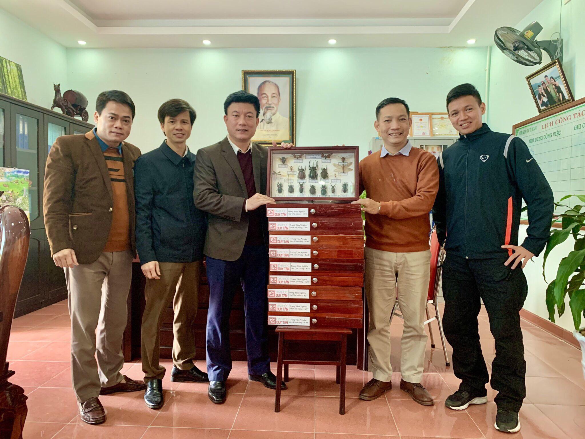 Cán bộ nghiên cứu Trường Đại học Duy Tân tặng bộ mẫu vật côn trùng cho Vườn Quốc gia Vũ Quang