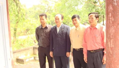 Cán bộ Sở Văn hóa, Xây dựng về thăm và dâng hương tại miếu thờ Cụ Phan thôn Kim Quang xã Hương Quang